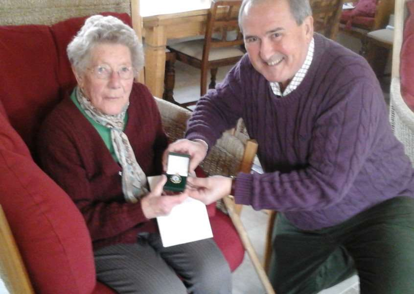 Cynthia Harris, 94, receives her war medal from Rutland county councillor Richard Foster EMN-160129-150651001