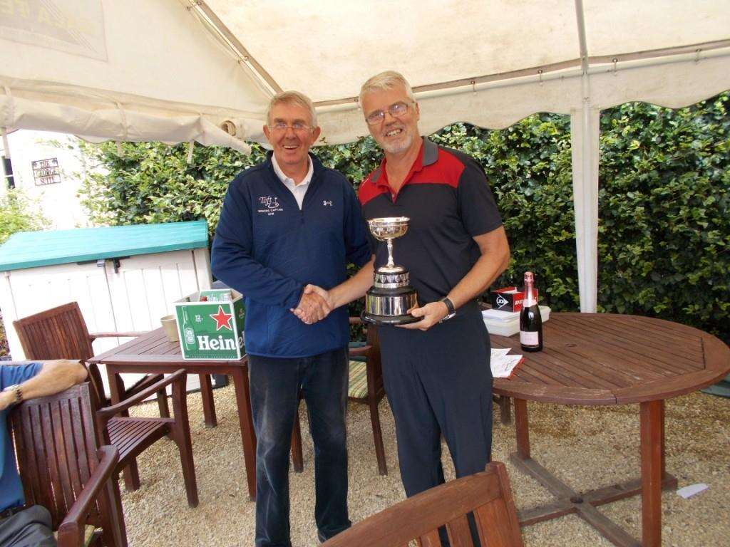 Peter Henderson presenting the Captain's Day trophy to Dean Regan. (3894289)