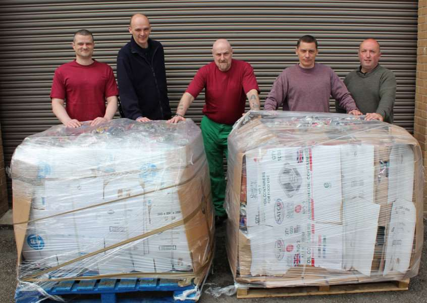 Prisoners and staff at HMP Stocken with pallets. EMN-151023-094905001