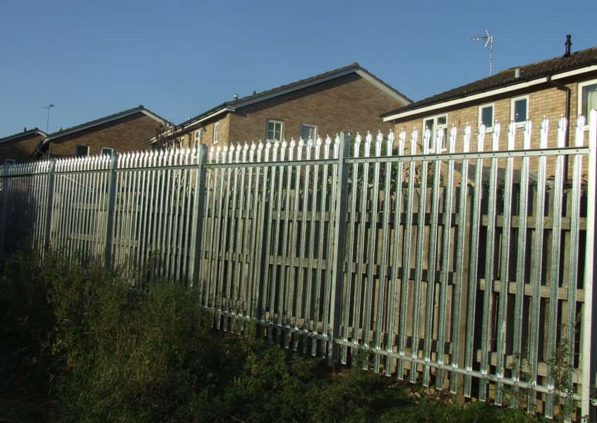 The steel security fence that has been erected by Stamford Town Council behind the houses on Elizabeth Road. Photo courtesty of Paul Oleksow. EMN-141028-093734001