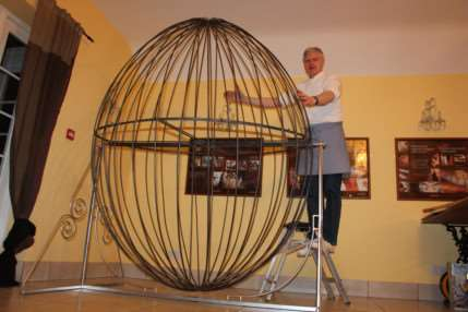 Jan Hansen with the frame that formed the base of the egg.