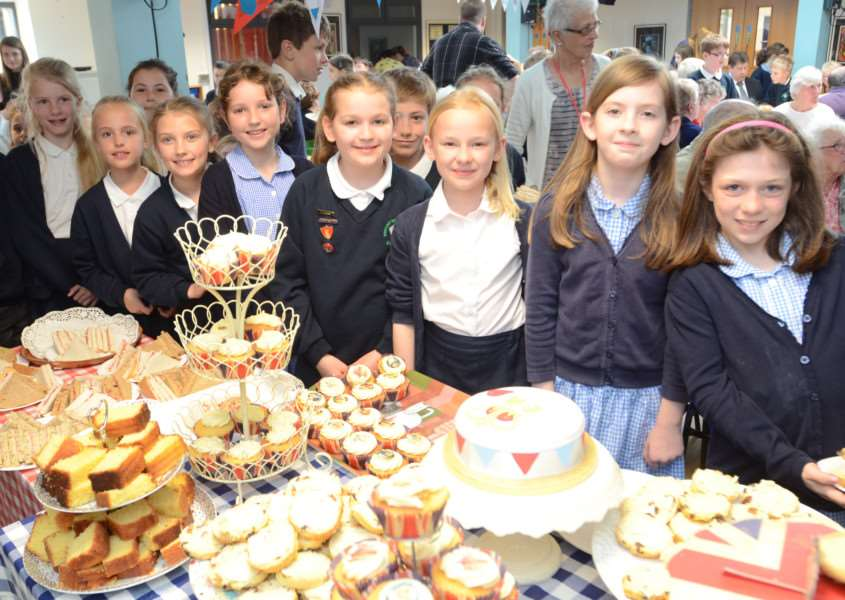 Malcolm Sergant primary school, Stamford pupils serving a Queen's 90th birthday tea to local senior citizens EMN-160513-191629009