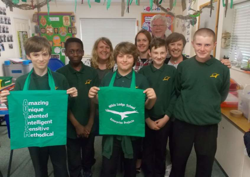 Wilds Lodge School with their bags for life to raise awareness of autism EMN-161105-114406001