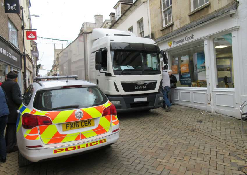Runaway lorry in Stamford High Street EMN-161124-110315001