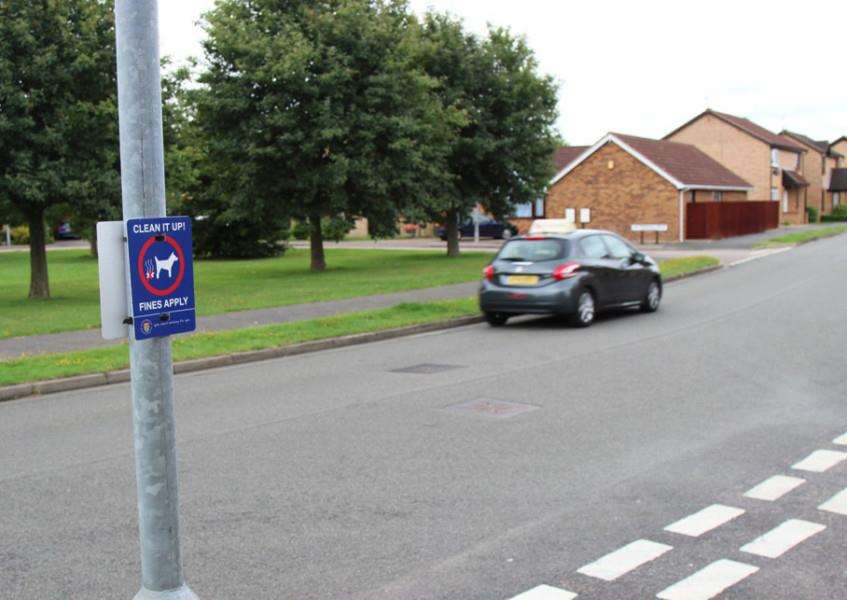 South Kesteven District Council anti-dog fouling signs in Tattershall Drive, Market Deeping. EMN-151109-145805001