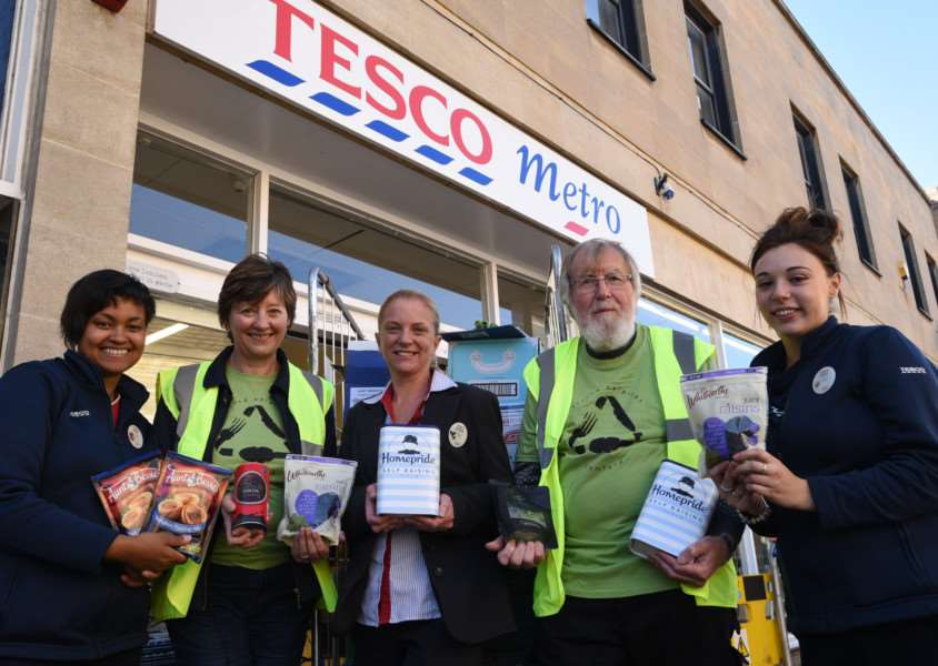 Tesco Stamford staff Charlotte Duckmanton (centre) Rosie Hargreaves and Sophie Turley with George Hetherington and Tricia Lipton from the Second helping charity EMN-150926-000545009