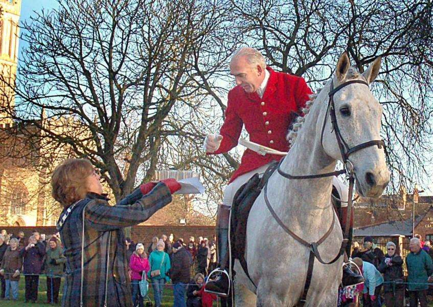 Melton Town Estate Senior Townwarden Dinah Hickling hands out a warming drink to Cottesmore Hunt Joint-Master Andrew Osborne at Monday's meet EMN-170301-120110001