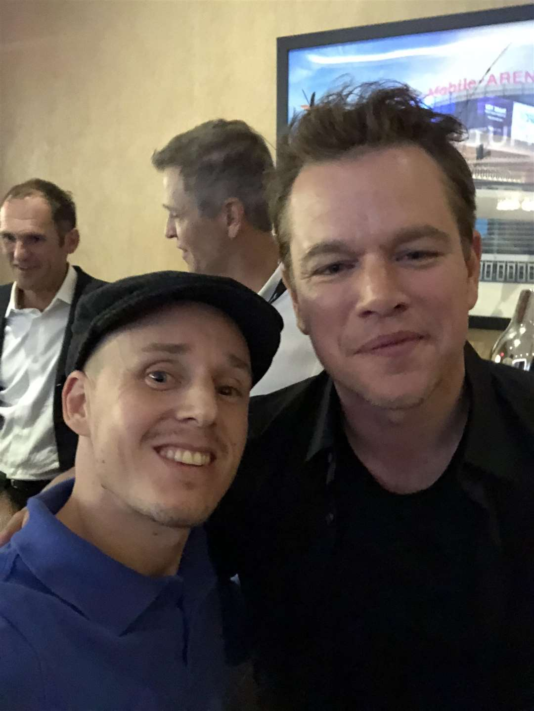 Fight fan Oliver Regis snatches a picture with Hollywood hero Matt Damon (4665049)