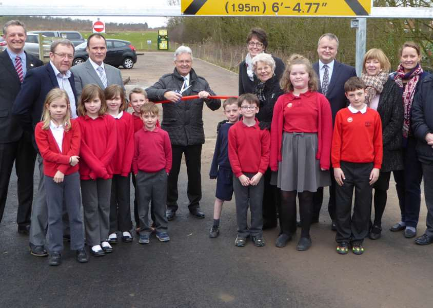 Sir Alan Duncan cuts the ribbon on the new car park, meeting with councillors, pupils, staff and friends of the Woodland Trust and Brooke Hill staff EMN-160419-121325001
