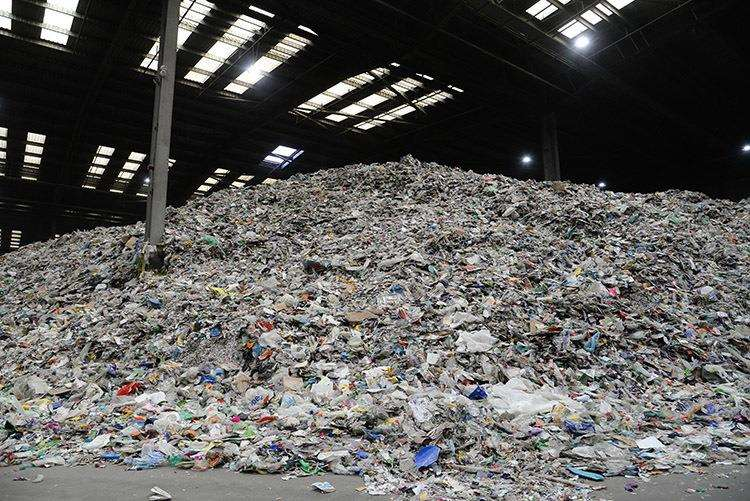 Residents and Rutland County Councillors have toured a recycling facility in Leicester to see exactly what happens to the plastic, bottles, cans and cartons we dispose of in our grey bins (5577715)