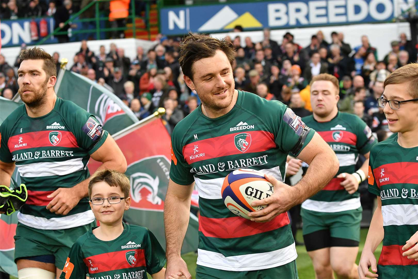 Matt Smith leads out Leicester Tigers. (10093345)