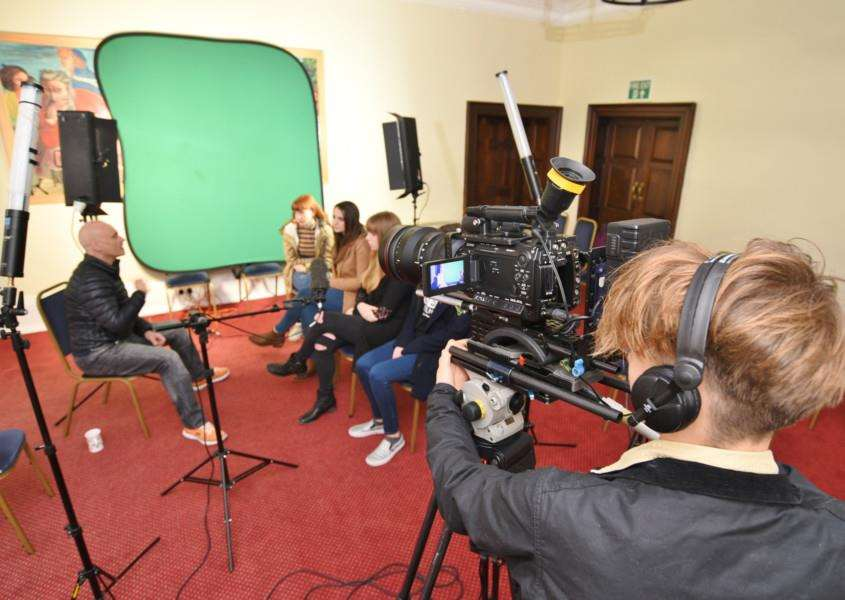Freelance cameraman Andy Harlow with students on a TV and film skills course at Tolethorpe Hall, Stamford EMN-161126-164553009