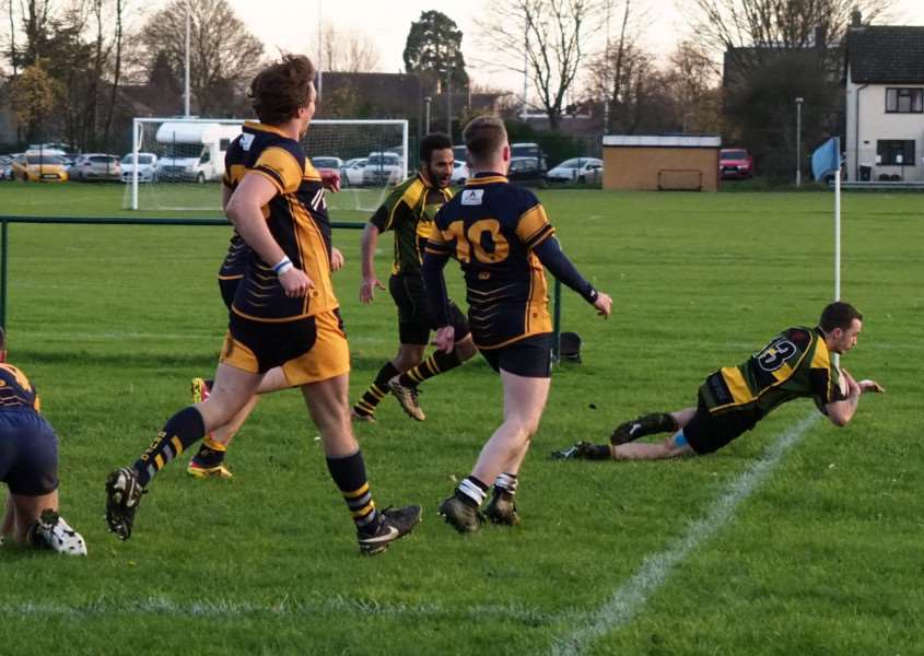 Jack Elliot scores a controversial and momentum-changing try for Deepings. Photo by Alan Hancock.
